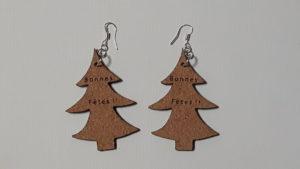 Boucles d'oreilles en feuille de liège -forme sapin - Ecrit : Bonnes fêtes !-2 ou 3 mm- crochets en argent ( sans nickel)- cadeau pour jeune fille ou femme