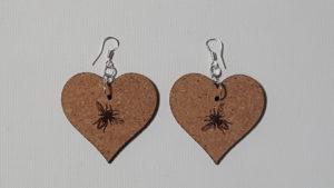 Boucle d'Oreilles en feuille de liège- forme coeur avec une abeille gravée- épaisseur 2 mm- crochet en argent (sans nickel)