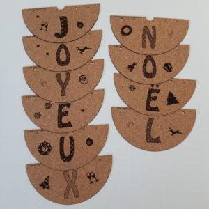 10 cônes d'une Guirlande lumineuse en feuille de liège Joyeux Noël de couleur chaude avec décorations de Noël-10 leds- A piles (2x2,5V) ou à prise-Tailles variées