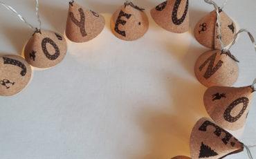 Guirlande lumineuse en feuille de liège Joyeux Noël de couleur chaude avec décorations de Noël-10 leds- A piles (2x2,5V) ou à prise-Tailles variées 1,65 m ou 2,35 m